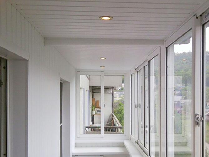 Отделка стен и потолка балкона
